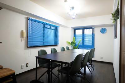 会議スタイル - マイスぺ24 京橋スペース レンタルオフィス 貸会議室 テレワークスペースの室内の写真