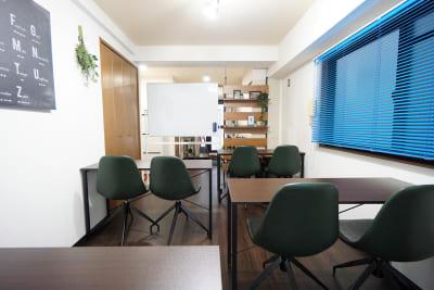 セミナースタイル - マイスぺ24 京橋スペース レンタルオフィス 貸会議室 テレワークスペースの室内の写真