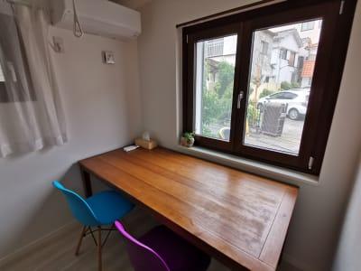 事務作業がしやすい大きなテーブルです - ヒカリオ新宿 ワークスペース 101の室内の写真