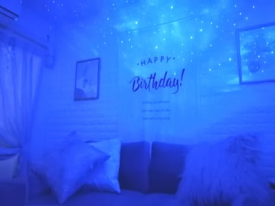 オプションのプロジェクターライトで更にお部屋の雰囲気を変えれます!ぜひお祝いや写真撮影・動画配信などに活用ください♡ - カルペディエム池袋 撮影・キッチン利用に!広さ30㎡の室内の写真
