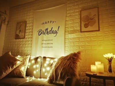 電球ライトも無料で貸し出しています^^ つけるとこんな感じのお写真も撮れちゃいますよ! お誕生日祝いにソファやダイニングテーブルを飾ってみてください♪ - カルペディエム池袋 撮影・キッチン利用に!広さ30㎡の室内の写真
