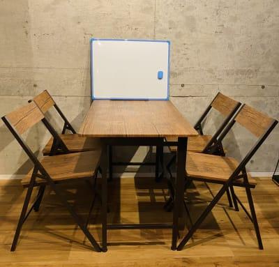 折り畳み式の机と椅子とホワイトボードも完備! テレワークや会議に最適。 - レンタルスペースEdi 撮影スペースの室内の写真