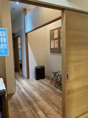 施設内の待合 - 占いsalonテラの椅子 レンタル・スペース④の設備の写真