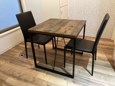 椅子(2脚)と テーブル(70×70)が 設置 - 占いsalonテラの椅子 レンタル・スペース④の室内の写真