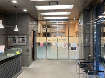 ビル1階のエレベーターホールの奥に施設があります - 占いsalonテラの椅子 レンタル・スペース④の外観の写真