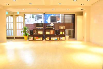半地下なので、日中は採光あり。カーテンで締め切ることも可能です。 - studio I-LAB スタジオの室内の写真