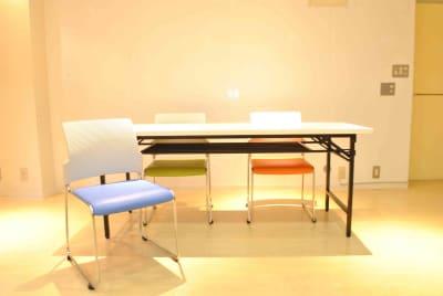 長机5台、椅子12脚、丸椅子12脚、背面の壁はホワイトボード仕様。 - studio I-LAB スタジオの設備の写真