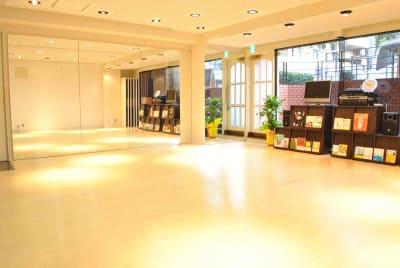 一面鏡張りです。 ※家具の配置が実際とは異なる場合がございます。 - studio I-LAB スタジオの室内の写真