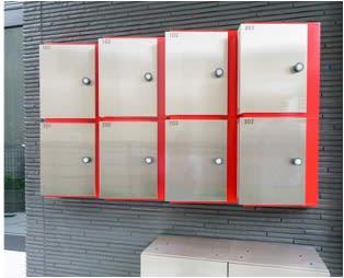 赤色アクセントの郵便ポストの下に、宅配ボックスがあります - ヒカリオ新宿 ワークスペース 101の外観の写真