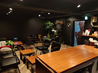 スペースの内観。入口・トイレの壁面以外は黒板 - レンタルスペース:Cafe LA カフェスペースの室内の写真