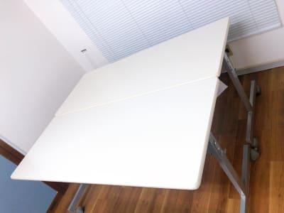 折りたたみ式のテーブルがあるので食事を置いたり荷物を置いたり便利にご利用いただけます。 - カラメル六本木2号店 パーティ・撮影スタジオ・会議室の設備の写真