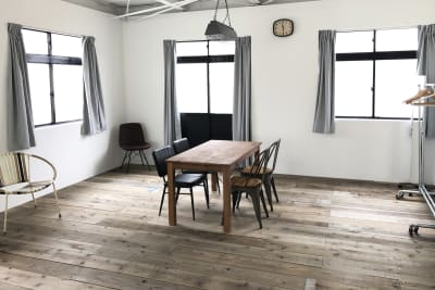 ストロボ遮光用カーテンは、事前にご希望を頂ければお取り付け致します。(お客様でも簡単に着脱できます。) - モ'ベター スタジオ フォトスタジオの室内の写真