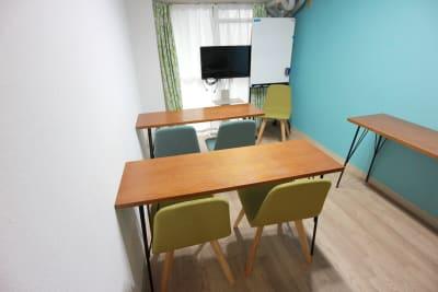 スクール形式のレイアウトです。 - エニタイムスペース新大阪 【BLUEルーム】格安貸し会議室の室内の写真