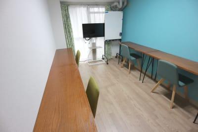 学習形式のレイアウトです。 - エニタイムスペース新大阪 【BLUEルーム】格安貸し会議室の室内の写真
