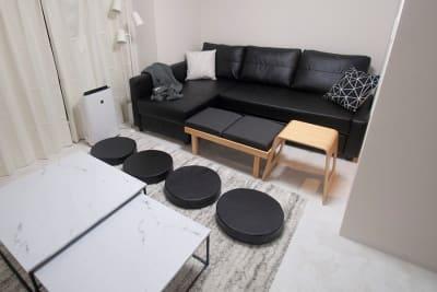 ベンチは座面をひっくり返すと机にもなります😲 - FUN HOUR 心斎橋 パーティールームの室内の写真