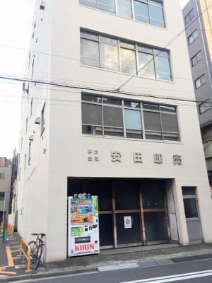 こちらのビルの4階です。右手の入口ドアから入り階段で4階へ。 - アーバンスペース雷門 雷門二 my roomの室内の写真