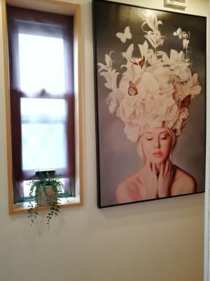 美容のイメージにビッタリのアート - レンタルサロン【NONO】 レンタルサロンの入口の写真