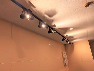 スポットライトを追加してさらに明るくなりました。 - レンタルスタジオアルル難波店の室内の写真