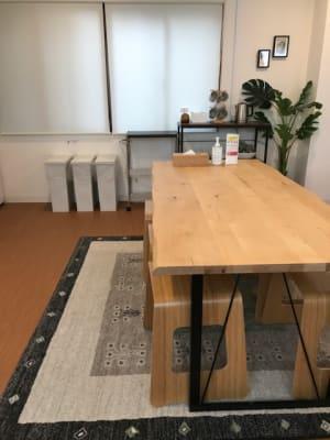 大きいダイニングテーブルは6人掛けです。 - RIVERSUITES 多目的スペース【3F】の設備の写真