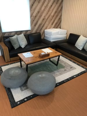 モダンな雰囲気のソファーはソファーベッドにもなります。 - RIVERSUITES 多目的スペース【3F】の室内の写真