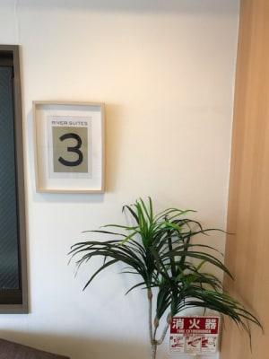 お部屋はエレベーターをあがって3階です。 - RIVERSUITES 多目的スペース【3F】の入口の写真