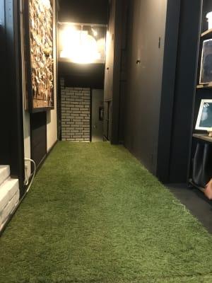 廊下は芝生で雰囲気があります。 - アミューズメントスペース +Bの室内の写真