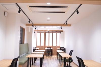 天井梁の照明がアクセントになっています。 - コモンルーム中津 貸切レンタルスペースの室内の写真