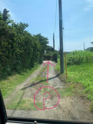 道路から こちらの細長いスペースにバック駐車して下さい - The DAY. 戸建貸切バーベキュースペースの入口の写真