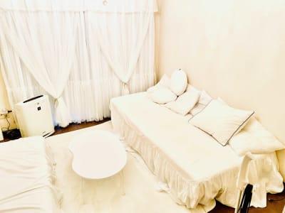 白で統一された部屋 推しカラーが映えます。 - NUMA部屋|梅田Berryの室内の写真