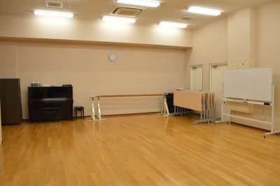 バレエバー・ホワイトボードも完備 - 北勢堂ヤマハ音楽教室いなべ 大ホールの室内の写真