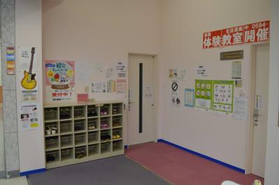 下足箱に靴を入れてお入り下さい。 - 北勢堂ヤマハ音楽教室いなべ 大ホールの入口の写真
