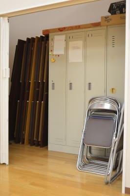 会議机、椅子も完備 - 北勢堂ヤマハ音楽教室いなべ 大ホールの設備の写真