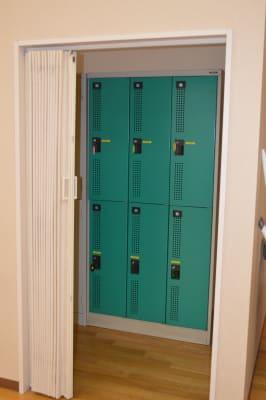 ご利用者用ロッカーも完備 - 北勢堂ヤマハ音楽教室いなべ 大ホールの設備の写真