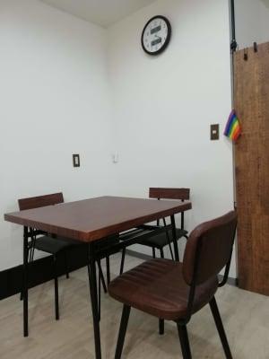 高さのある 80cmX80CMのテーブルが2セットあります - カフェ マテリオライフ 貸切カフェ・飲食店の室内の写真
