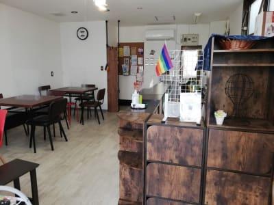 自由に飾り棚をご利用いただけます - カフェ マテリオライフ 貸切カフェ・飲食店の室内の写真