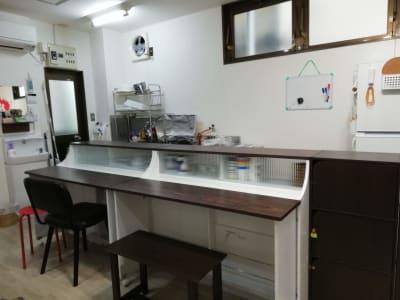 カフェオーナー・料理教室・リモート・みんなでワイワイ料理作りをするのも 対応しやすいカウンターキッチンです - カフェ マテリオライフ 貸切カフェ・飲食店の室内の写真