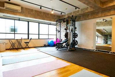 日当たりのいい室内 - レンタルジムオデッサ レンタルジムオデッサ新大阪の室内の写真