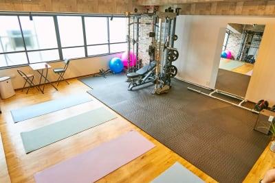 4~5人のグループトレーニングも可能 - レンタルジムオデッサ レンタルジムオデッサ新大阪の室内の写真
