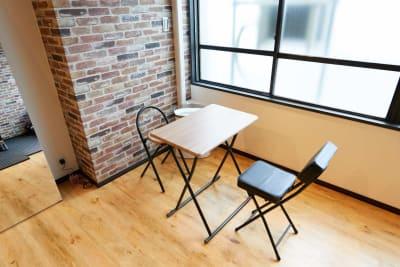イスと机あり - レンタルジムオデッサ レンタルジムオデッサ新大阪の室内の写真