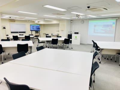 ソーシャルディスタンス レイアウト 島型5島 25名(5名がけ) - 銀座ユニーク貸会議室 カンファレンスルームの室内の写真
