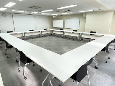 ソーシャルディスタンス レイアウト ロの字型 12名(1名がけ) - 銀座ユニーク貸会議室 カンファレンスルームの室内の写真
