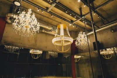 Aスタジオ、シャンデリアフープ - ポールダンススタジオUMBER スタジオA,Bの室内の写真