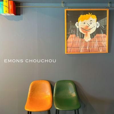 写真の絵は700×650。レールから吊るすタイプ。鎖、テングスの長さ調節可能。 - gallery EMONS ギャラリー、個展、ライブの室内の写真