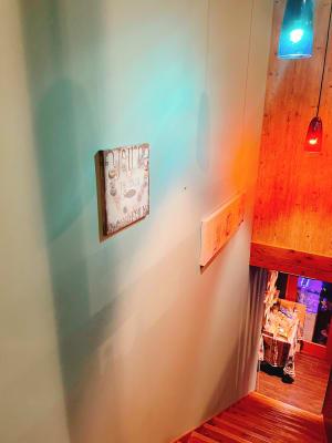 階段壁スペースにも展示可能。(お2階ご予約により、要相談。) - gallery EMONS ギャラリー、個展、ライブの室内の写真