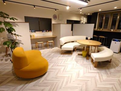 落ち着いたカフェのようなスペース - PHOENIX  ACADEMY 1Fオープンスペース貸切の室内の写真