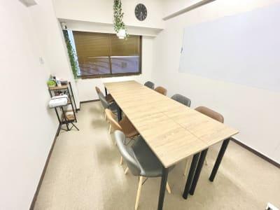 SS新大阪 駅出口10秒の会議室 WiFi備品全無料貸出の多目的室の室内の写真