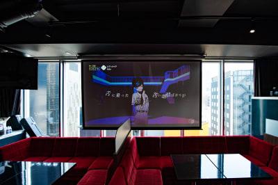 銀座ビル最上階。程よい眺望感。最新プロジェクターで昼間でも綺麗に映る! - 銀座レンタル配信スタジオルアン 多目的イベントスペースの室内の写真