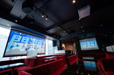 【スクリーン】120インチの特大スクリーン+80インチの大スクリーン - 銀座レンタル配信スタジオルアン 多目的イベントスペースの室内の写真