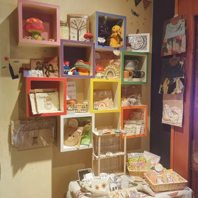 物販スペース有り。ポストカードやハンドメイドの販売はこちらで⭐︎ - gallery EMONS ギャラリー、個展、ライブの室内の写真