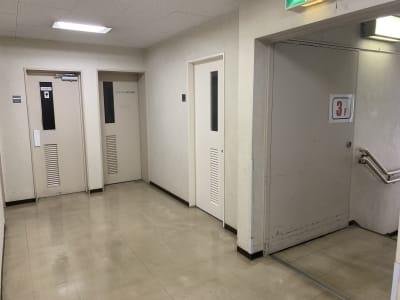 THビル3階Bルーム 多目的スペース(会議、ダンス等)の入口の写真